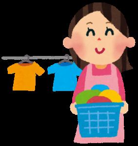 笑顔で洗濯する女性