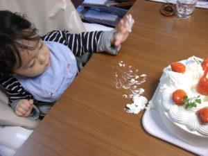 ケーキ触っちゃう子
